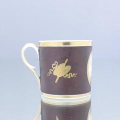 Paris, Frankreich, Tasse, Zylindertasse, Kaffeetasse, coffee can, cup, Landschaft, Wanderer, Fon, Braun, Trophäen, Gold, Empire, Klassizismus, Empfindsamkeit