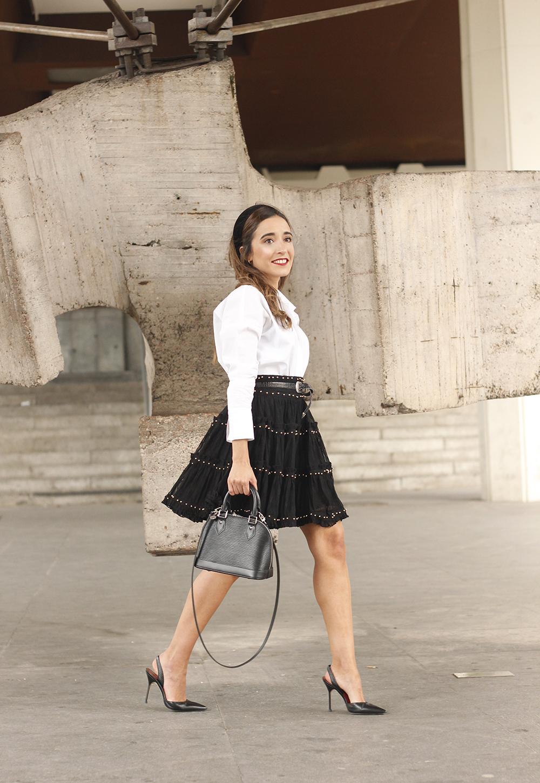 très preppy falda negra bandeau louis vuitton sac sac style de la rue outfit5