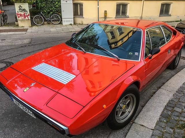 München-Schwabing: Als sogar die Ferraris Ecken und Kanten hatten /When even Ferraris had edges and angles.
