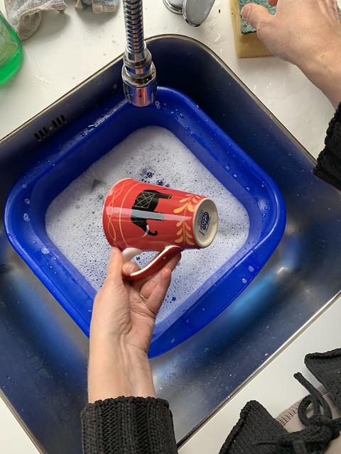 Rode mok afwassen met een teiltje