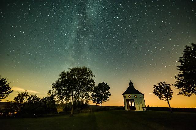 Sternenhimmel über der Kapelle auf Wahlhausen bei Steffeln