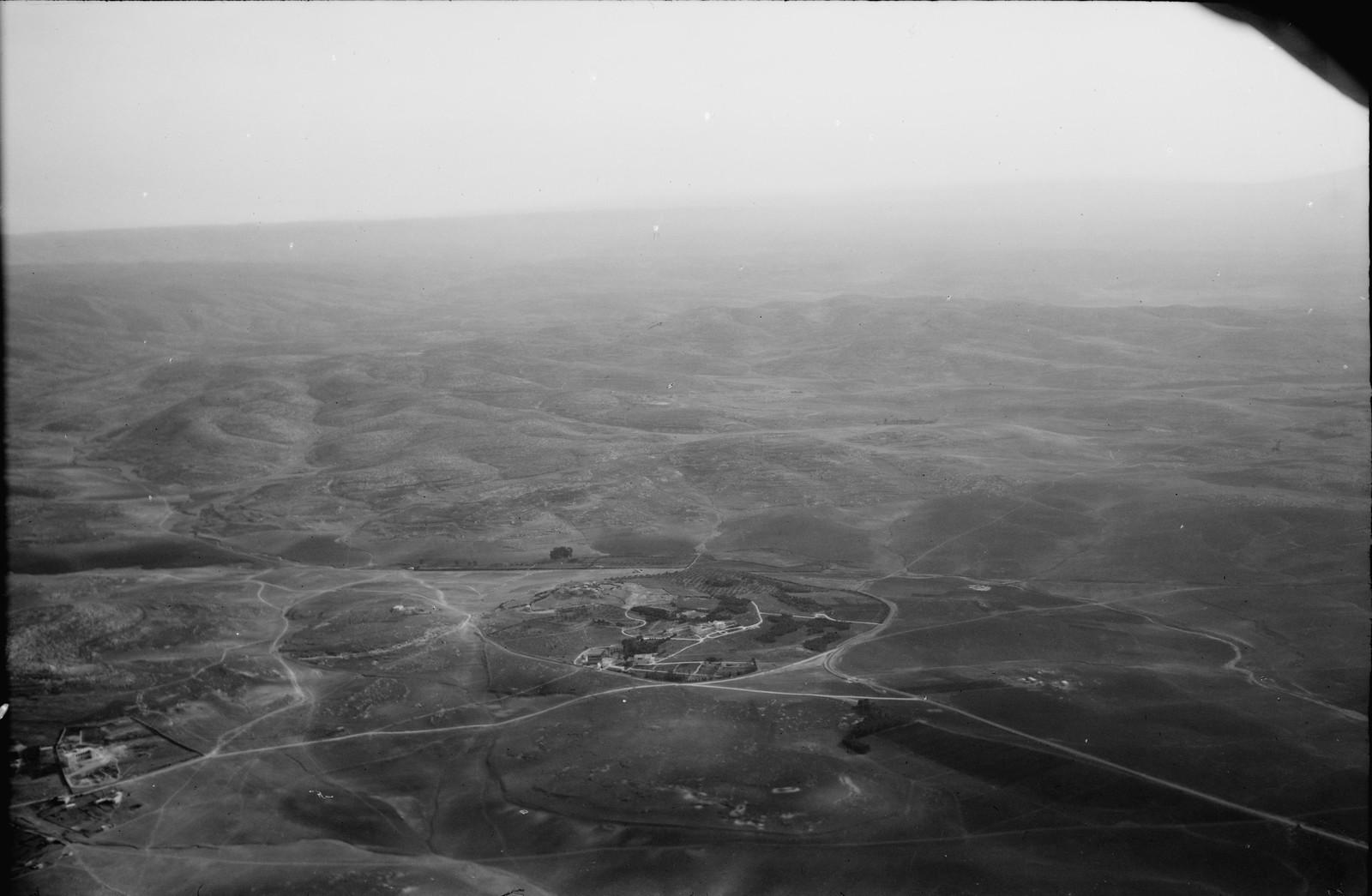 22. Латрун. Видны автомобильная дорога Яффо-Иерусалим и предгорья Иудейских гор
