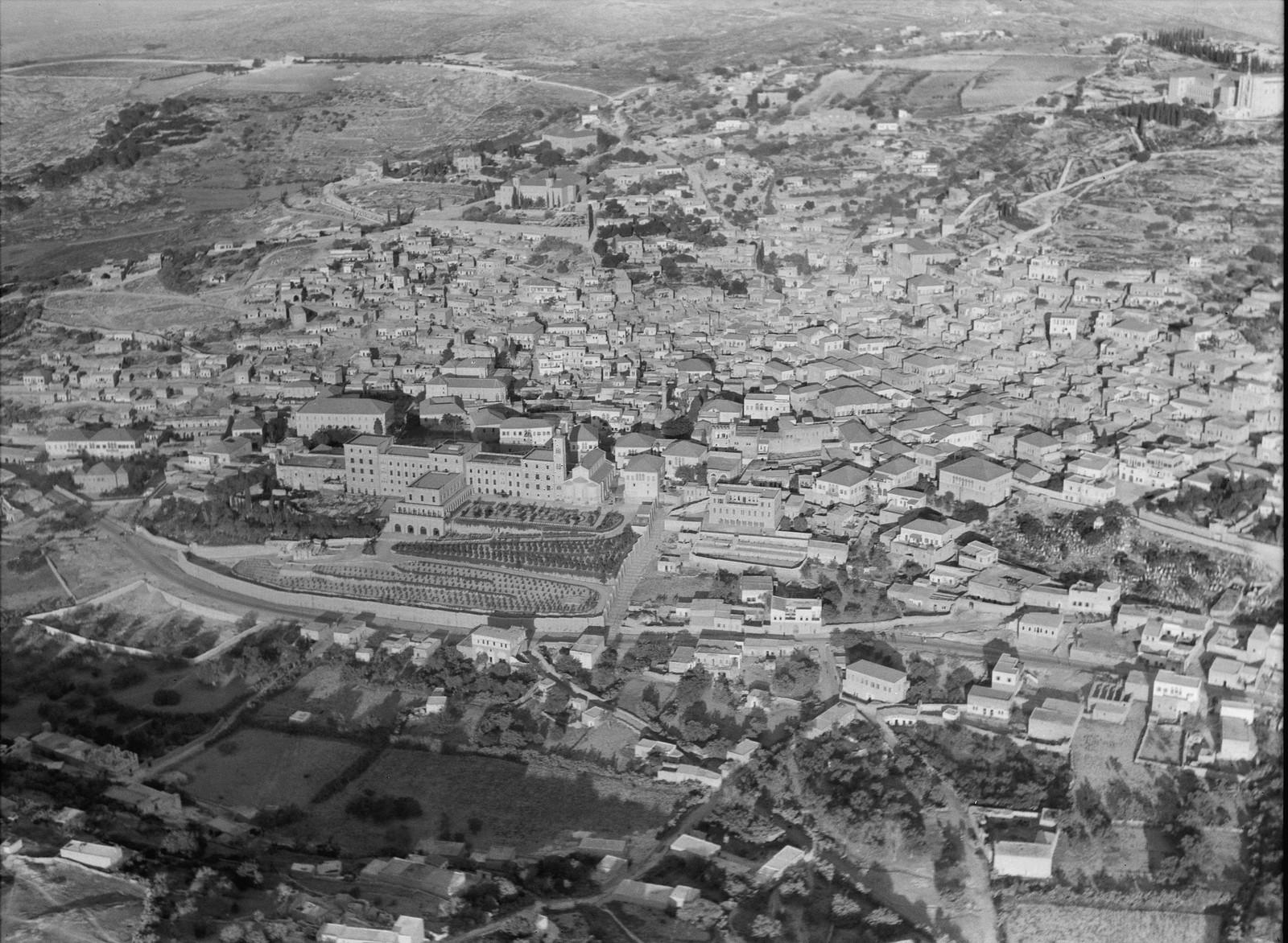 06. Назарет. Подлёт к городу с востока, видны францисканский монастырь и церковь Благовещения