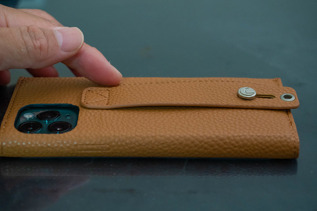 clings_Slim_Hand_Strap_Case-10