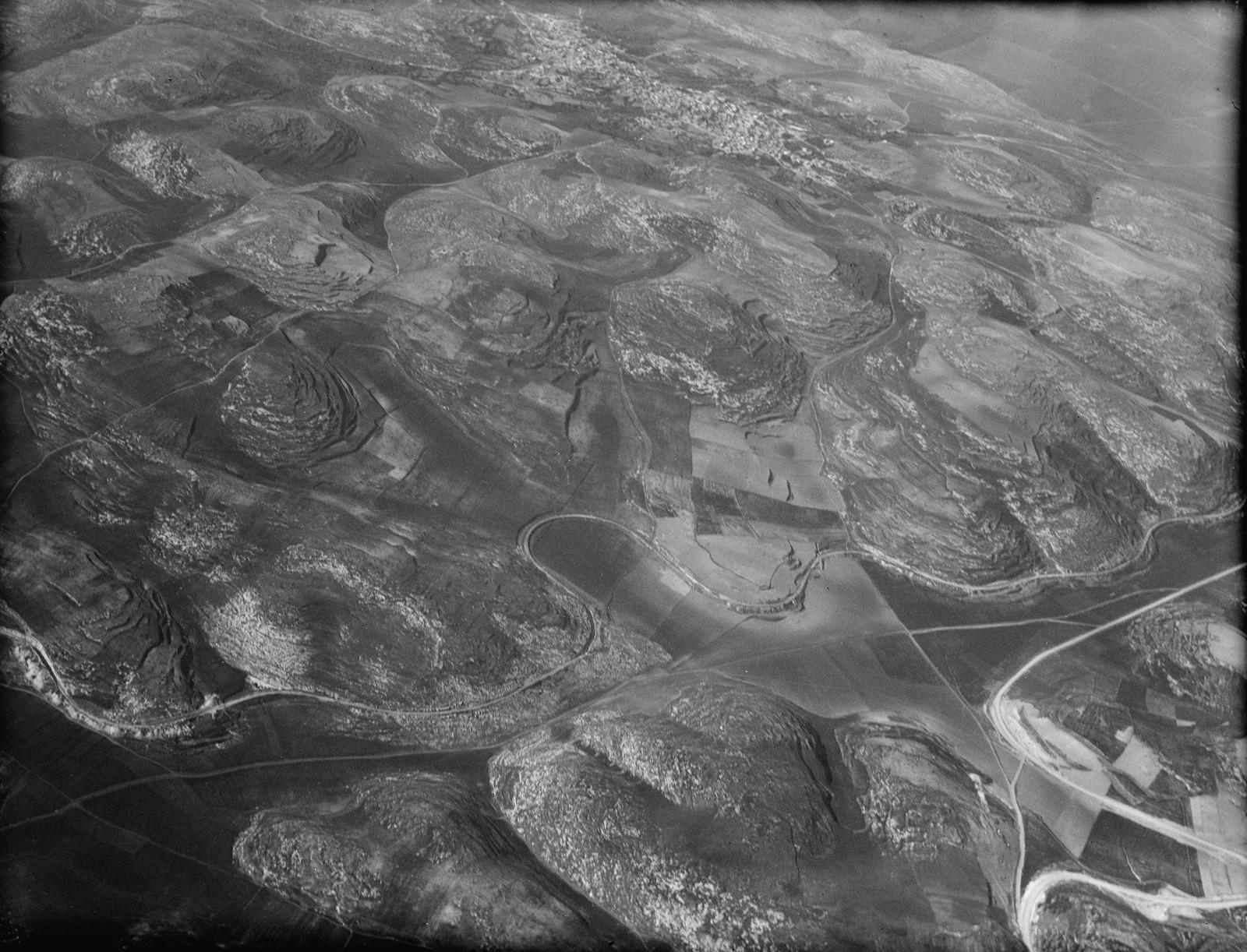 07.  Самарийские горы недалеко от долины Дотана. Видна узкоколейная железная дорога