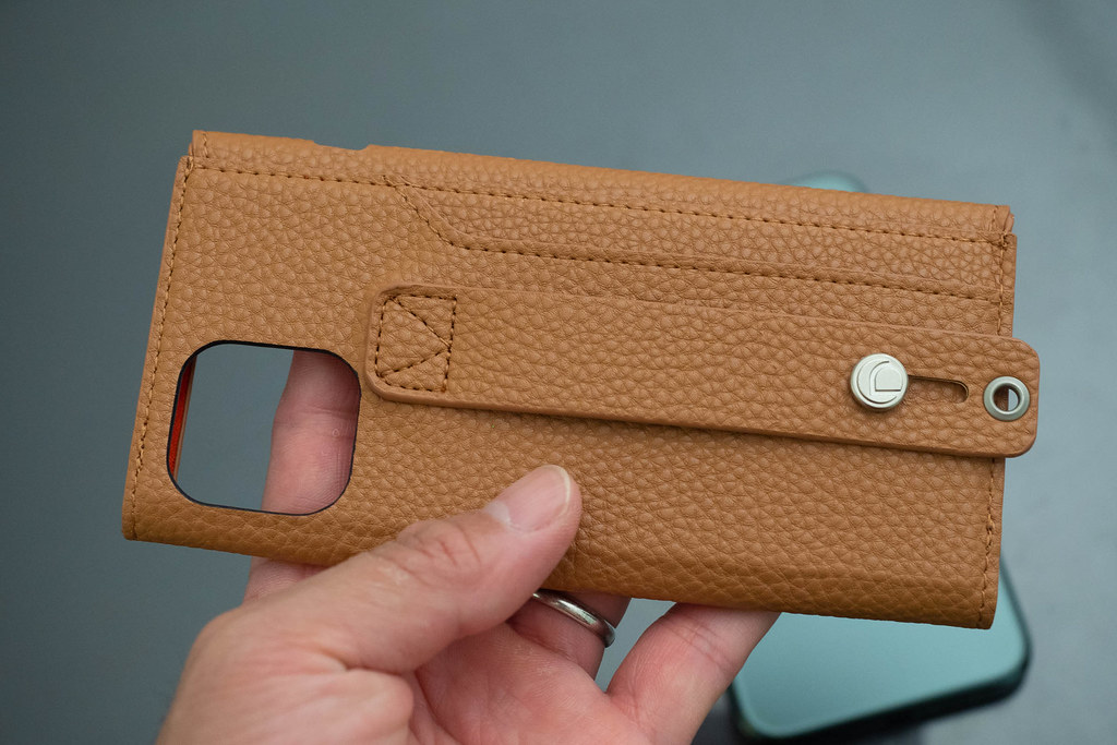 clings_Slim_Hand_Strap_Case-2