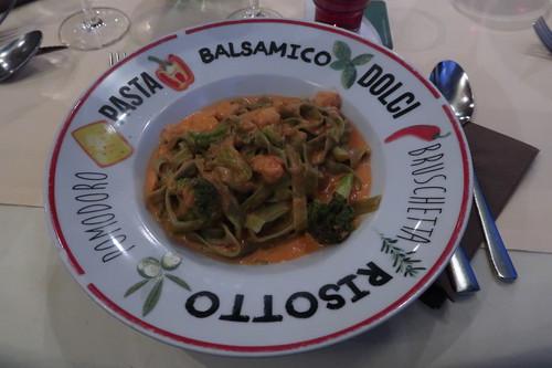 Bandnudeln mt Broccoli, Krabben und Knoblauch in Tomatensoße