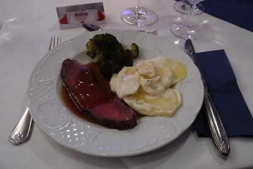 Roastbeef mit Rotweinsauce zu Kartoffelgratin und Broccoli
