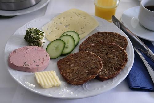 Leberwurst, Kräuterfrischkäse und Käsescheibe zu dunklem Vollkornbrot