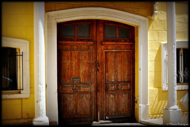 Vieille porte de la maison jaune