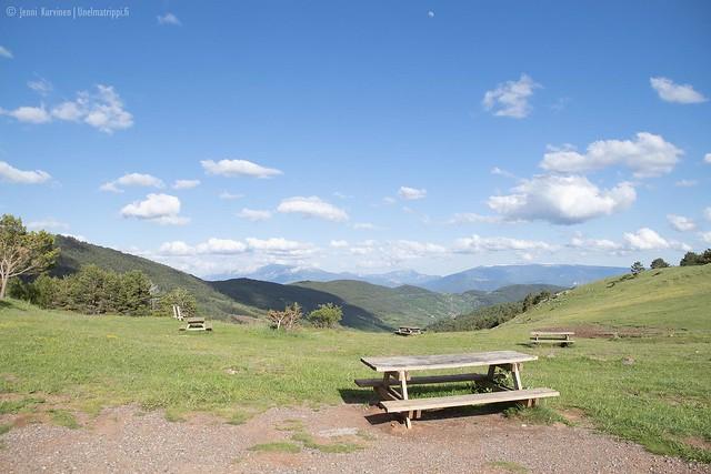 Piknikpöytiä vuoristossa matkalla San Sebastiánista Andorraan
