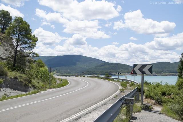 Mutkittelevaa tietä ja turkoosi järvi matkalla San Sebastiánista Andorraan