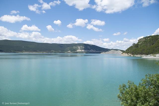 Turkoosi Aragón-järvi Pohjois-Espanjassa