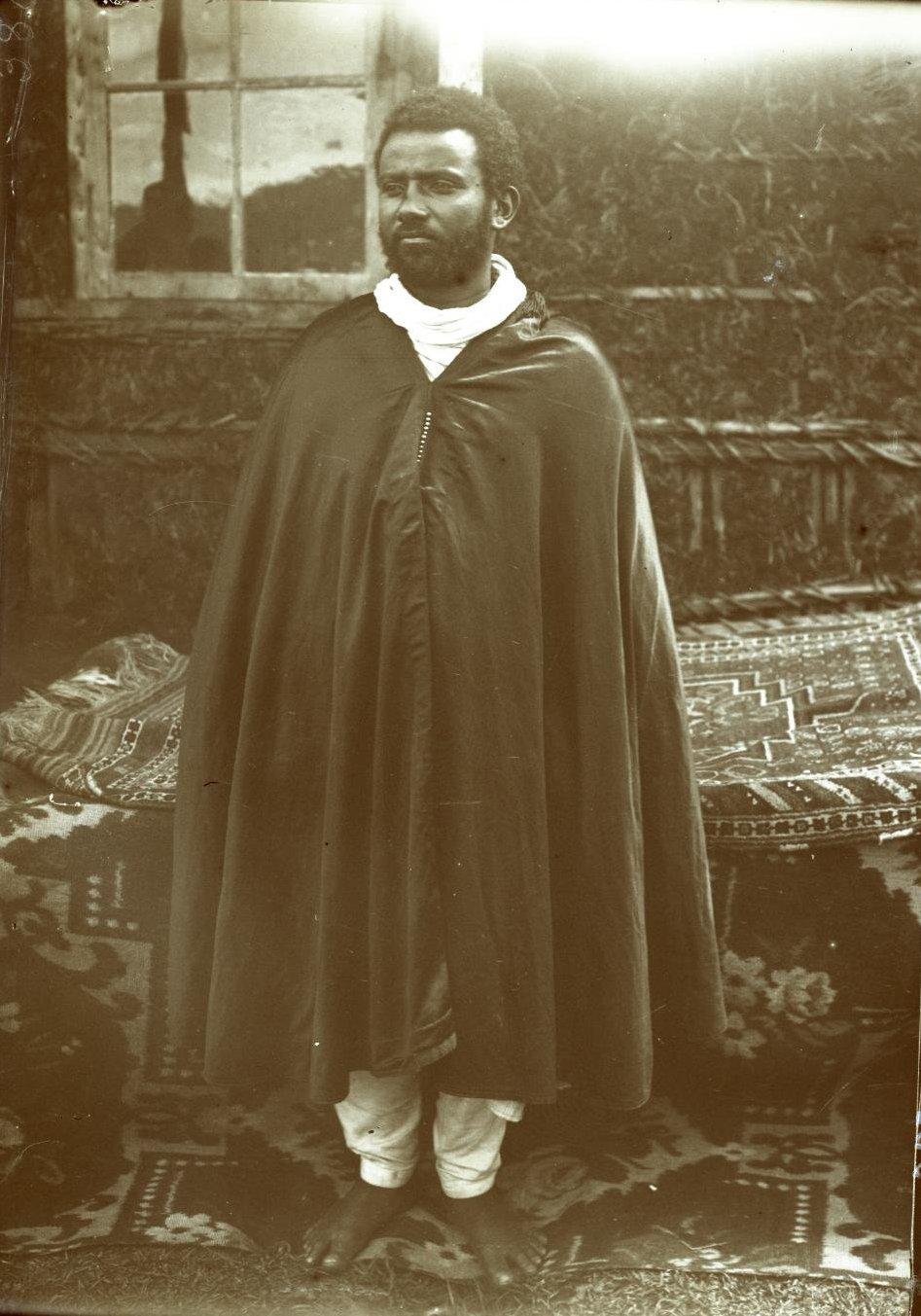 386. 1899. Абиссиния, Аддис-Абеба. Мужчина в традиционной одежде