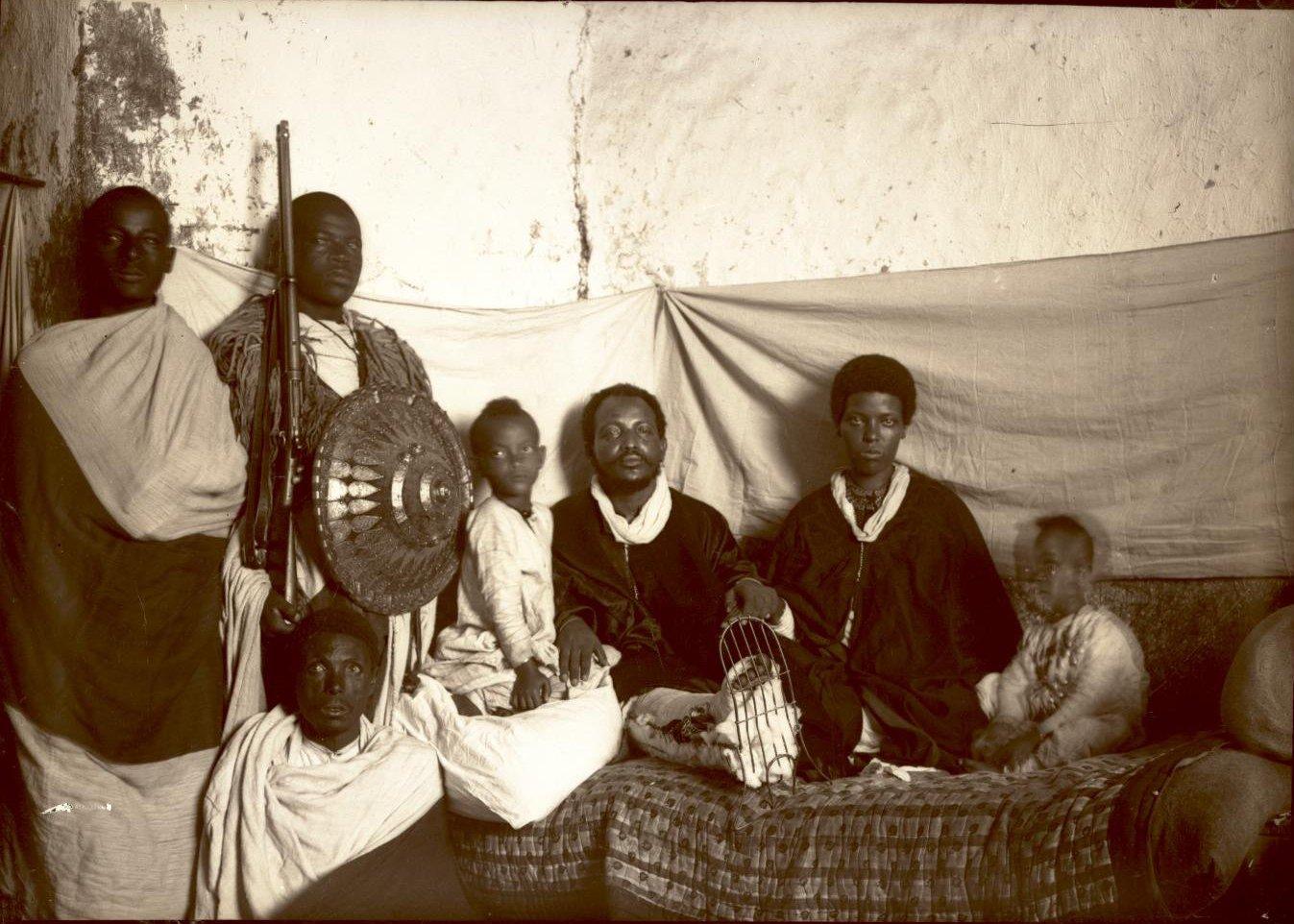 385. 1899. Абиссиния, Аддис-Абеба. Больной брат фитаурари (полковника) Ульде Георгиса с семьей