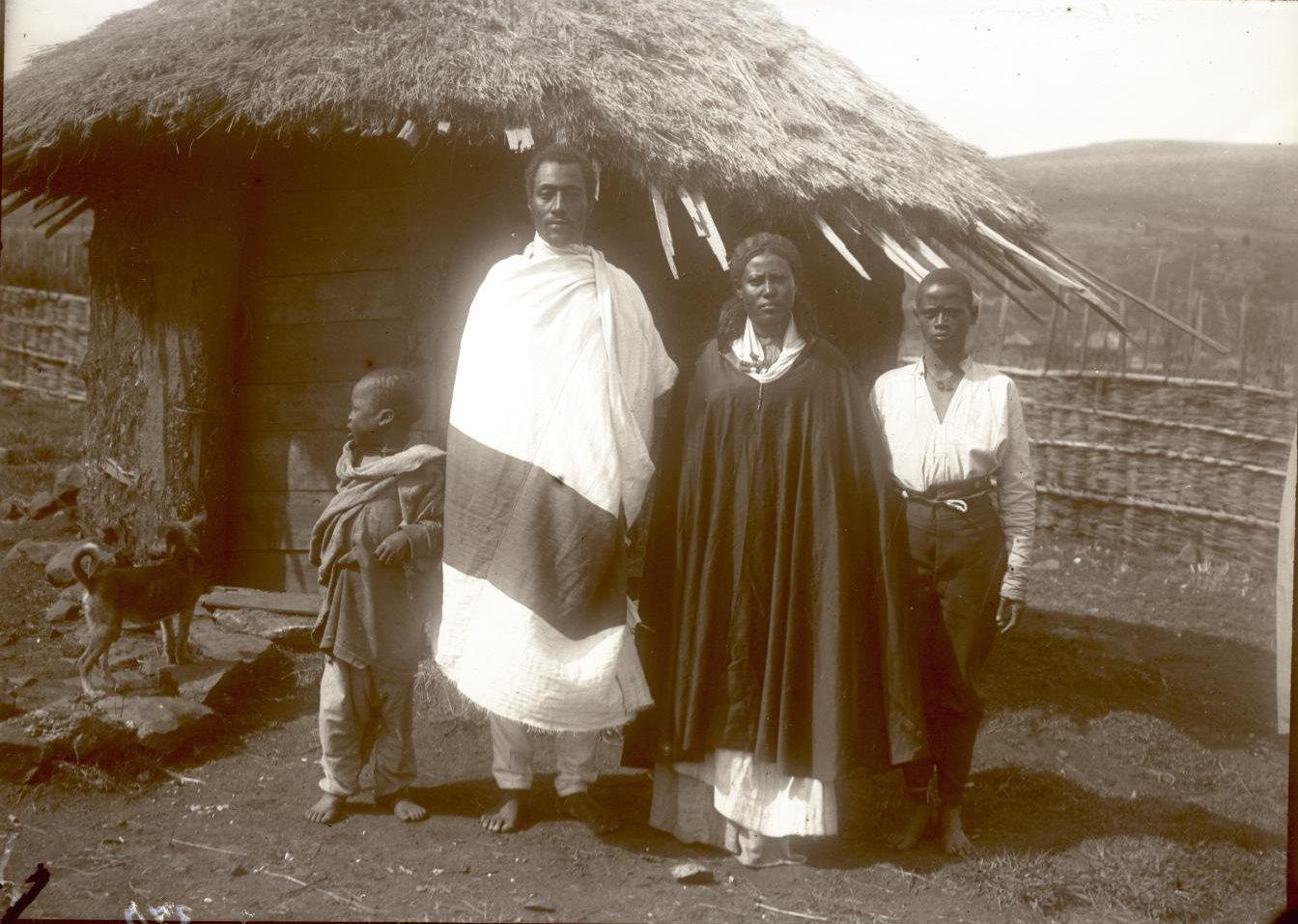 370. 1899. Абиссиния, Аддис-Абеба. Господин Гано с женой и сыном