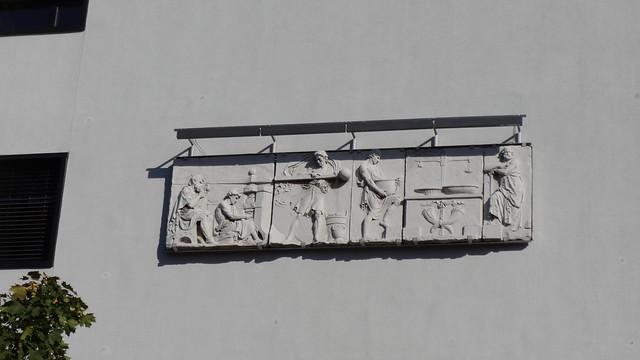 1992 Berlin Prägen und Wägen Ausschnitt Münz-Fries von Gottfried Schadow 1802 (Abguß) am Oberstufenzentrum (OSZ) Banken und Versicherungen Alt-Moabit 10 in 10557 Moabit