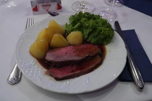 Roastbeef mit Rotweinsauce Salzkartoffeln und Salatdekoration