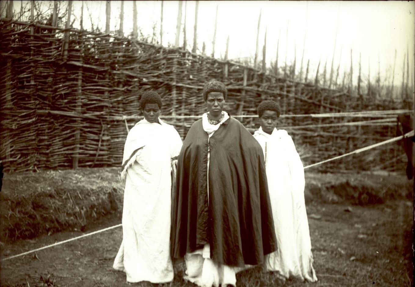 395.  1899. Абиссиния, Аддис-Абеба. Знатная абессинка с двумя служанками