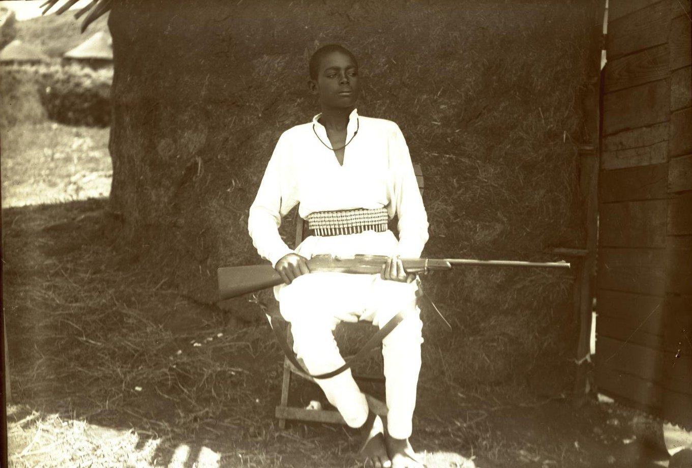 381. 1899. Абиссиния, Аддис-Абеба. Молодой человек по имени Гефасен с ружьём