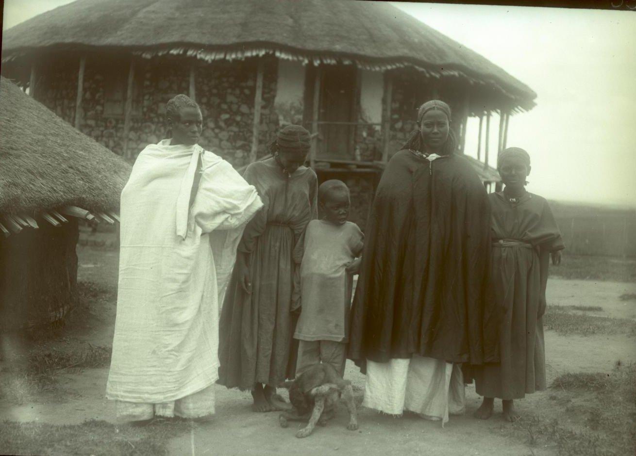 398.  1899. Абиссиния, Аддис-Абеба. Абиссинка со служанками