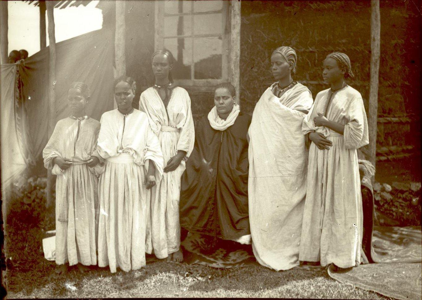 397.  1899. Абиссиния, Аддис-Абеба. Жена раса Тассама Дарги со служанками