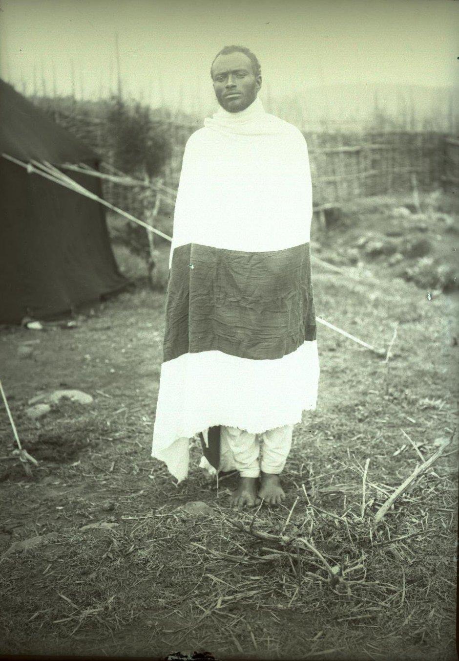 387. 1899. Абиссиния, Аддис-Абеба. Мужчина в традиционной одежде
