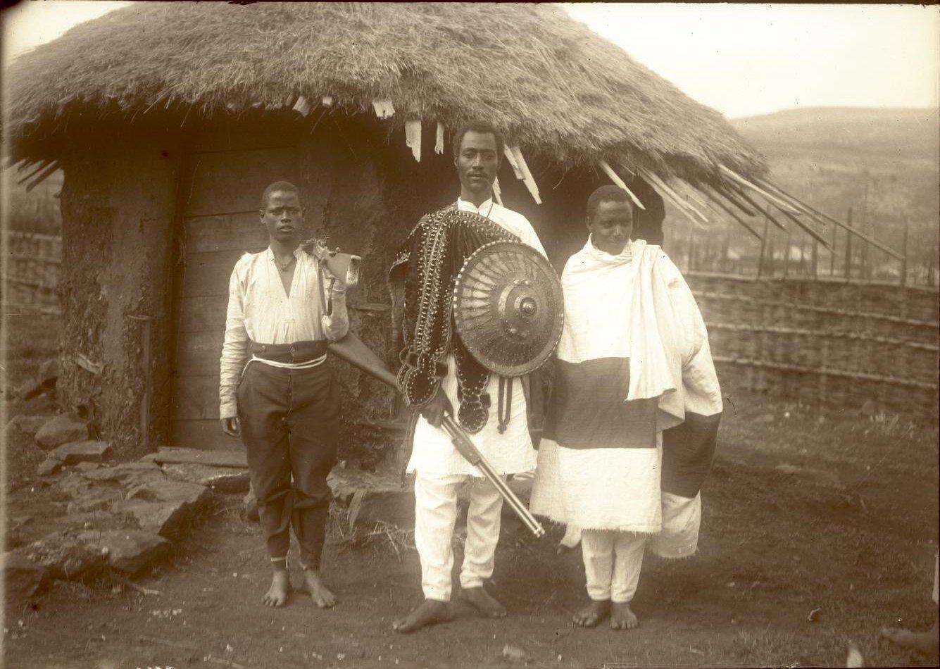 371. 1899. Абиссиния, Аддис-Абеба. Господин Гано с ашкером (солдатом)