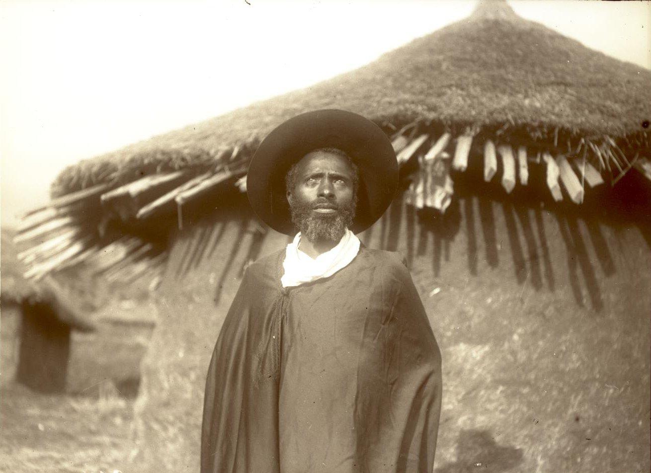 367. 1899. Абиссиния, Аддис-Абеба. Абиссинский иконописец в шляпе. Галла