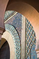 Bajo los arcos de Bab Mansur
