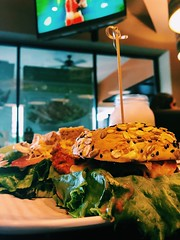 Saber comer no siempre tiene que ser aburrido por ejemplo aquí, es una sencilla ensalada completa PERO con dos panes integrales de hamburguesa. 😊                             #fitness #motivación #datos #gym #food #foodpics #foodporn #nutricion #comi