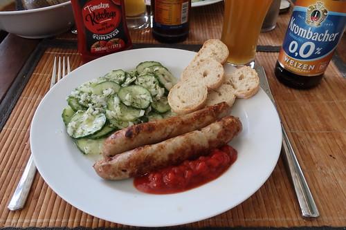 Gänsebratwürstchen mit Tomatenketchup, Gurkensalat und Baguette