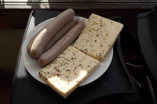 Gänsebratwurst (von Goosies Wurstwaren Manufaktur) und Grillkäse mit mediterranen Kräutern (von bioverde) als Grillgut