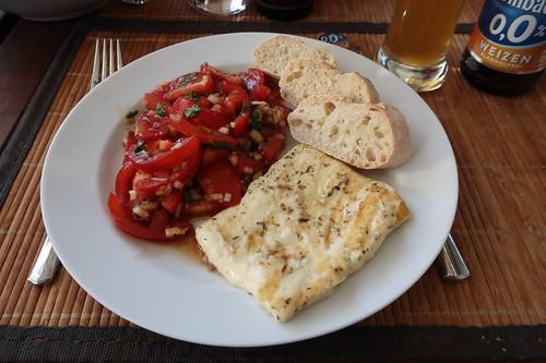 Grillkäse mit Tomatensalat und Baguette