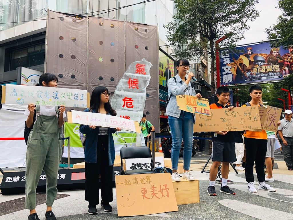綠色和平在西門町發起「時間.不多了-為氣候危機站出來」活動。