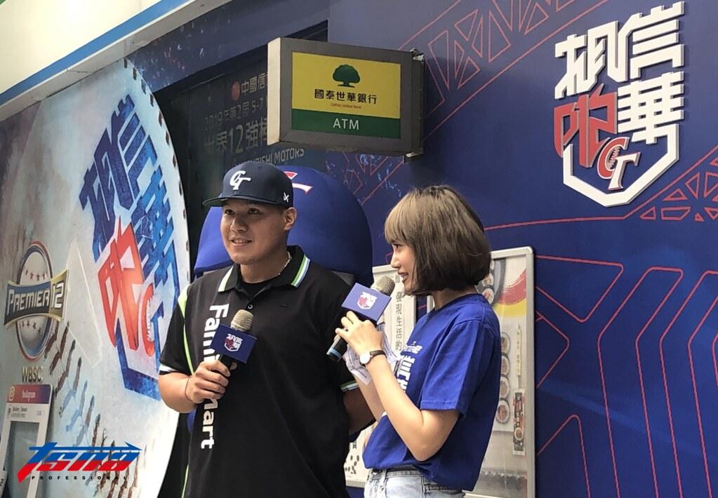 張進德擔任一日中華隊專屬超商店長。(賴冠文/攝)