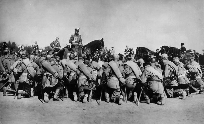 Император Николай II благословляет солдат, отправляющихся на Русско-японскую войну.  Петергоф. 1905 г.