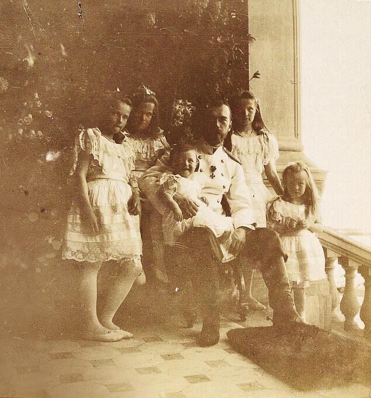 Император Николай Александрович с детьми на Нижней даче в Петергофе, 1905 год
