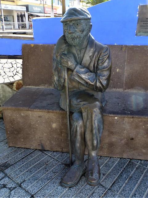 Puerto Mogán = bronze seated statue of Elias Hernandez Garcia