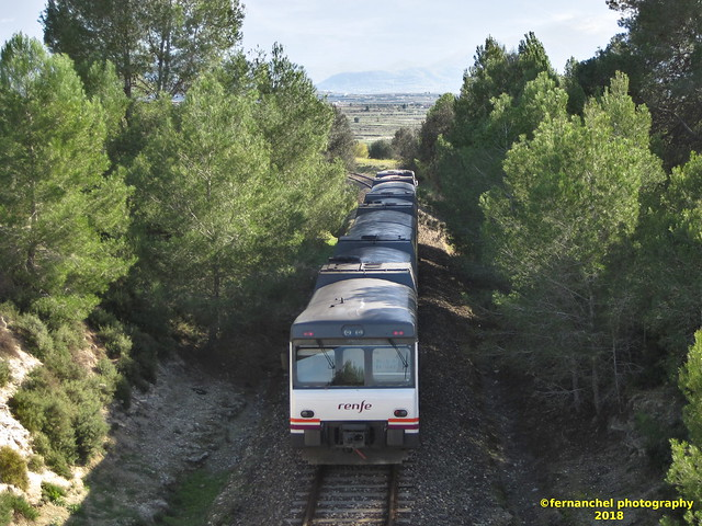 Tren de media distancia de Renfe (línea Xàtiva-Alcoi) a su paso por BELLÚS (Valencia)