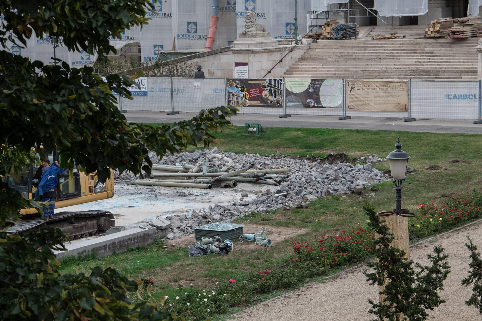 Elkezdték lebontani a múzeum előtti szökőkutat, elindult a nagy felújítás