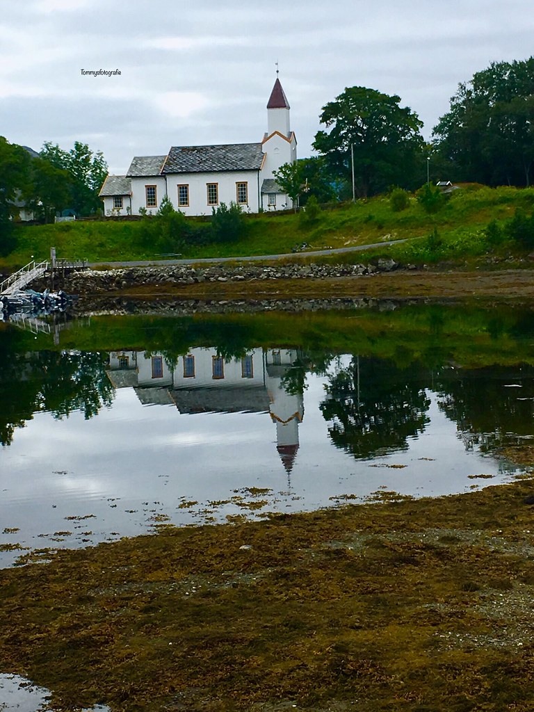 The little church makes himself very big by reflection