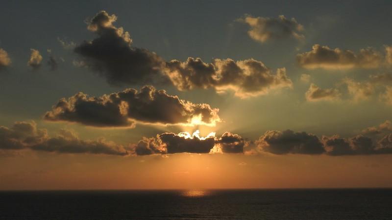 Персиком нежным закат догорает, Облака росчерк пурпурный на нём, Как радуга небо пред ночью пылает, Цвета переходят друг в друга огнем.