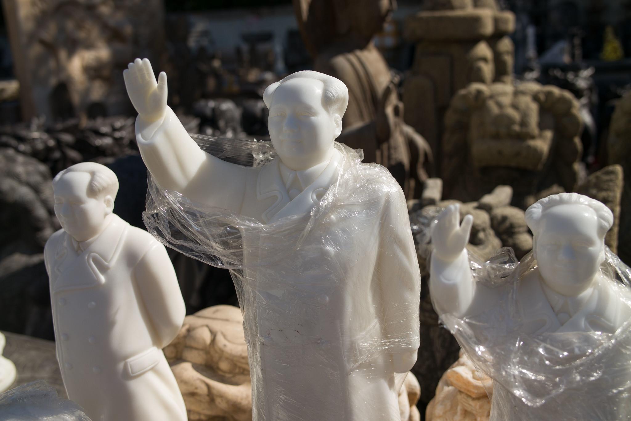 Mao in Alabaster und Plastik