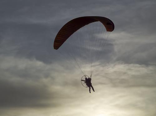paraglider paragliding sunset sport flight flug motorgleitschirm motorschirm luft air airborne gegenlicht montgolfiade oberharz 2019 clausthal zellerfeld hasenbach wolken clouds sky shadow contrast kontrast olympus40150mmf4058