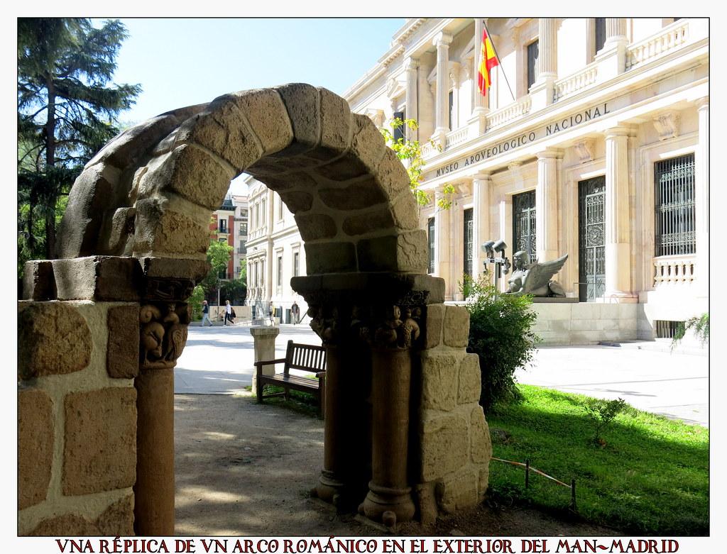 Una réplica de un arco románico en el exterior del MAN-Madrid