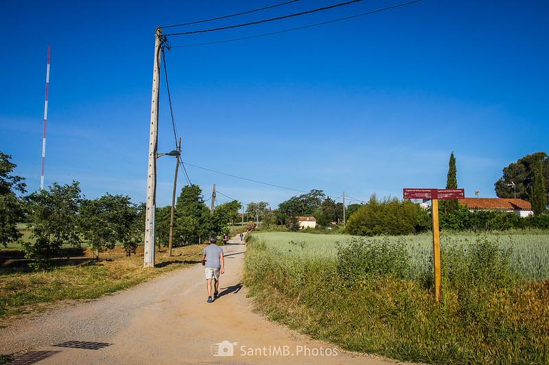Camino frente a Santa Maria de Gallecs