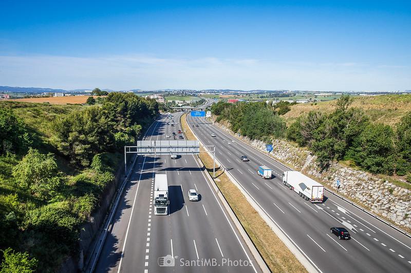 La autopista AP-7 bajo el Camí dels Bandolers en Gallecs
