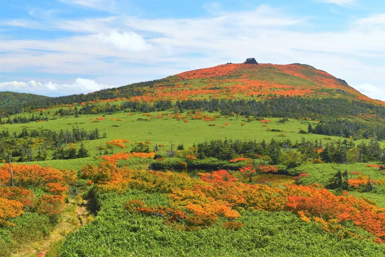 三ツ石山の紅葉と稜線