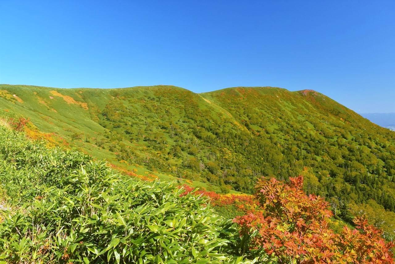 源太ヶ岳と平坦な稜線